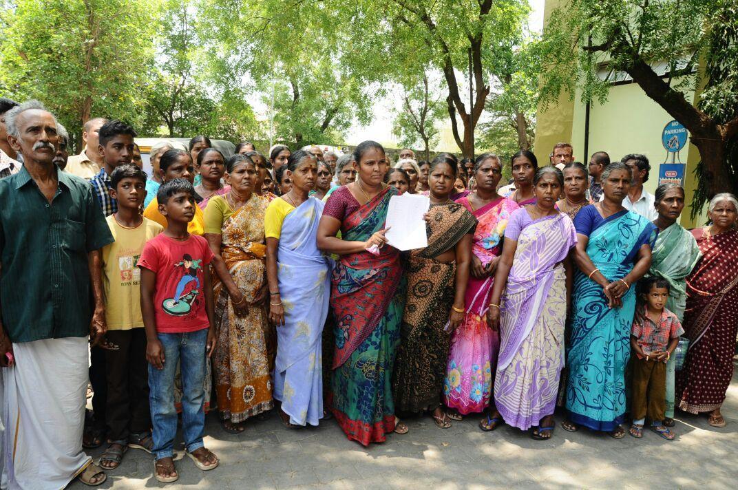 தண்ணீர் கேட்டு கலெக்டர் ஆபீஸை முற்றுகையிட்ட பெண்கள்