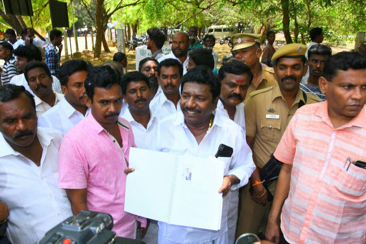 ராமநாதபுரத்தில் செய்தியாளர்களிடம் பேசும் கருணாஸ்