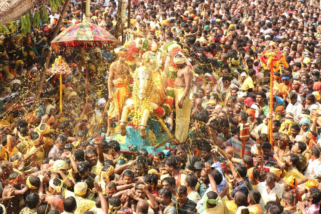 கள்ளழகர் கோலத்தில் பரமக்குடி வைகை ஆற்றில் இறங்கிய சுந்தரராஜ பெருமாள்.