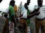 `40 ரூபாய் கொடுக்கிற... நீயே யோசி...!' - டிரைவரிடம் 100 ரூபாய்க்கு மல்லுக்கட்டிய டிராஃபிக் போலீஸ்