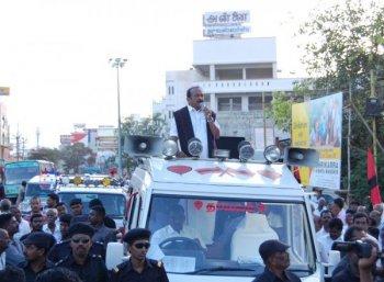 ஸ்டெர்லைட் ஆலைக்கு எதிரான வாகன பிரசாரத்தில் வைகோ மீது பாட்டில்கள் வீச்சு! #BanSterlite