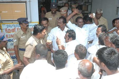 தேனீ மாவட்ட கூட்டுறவுத் தேர்தல் மோதல்