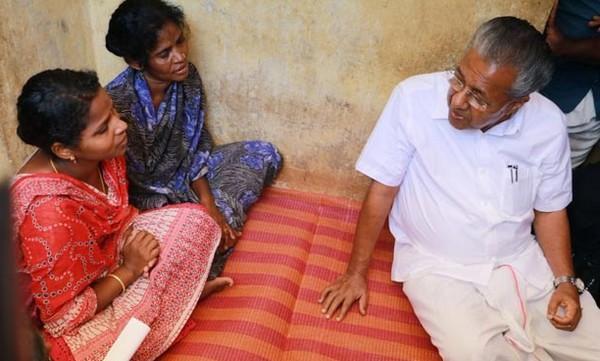 பினராயி விஜயனுடன் மதுவின் தாயார்