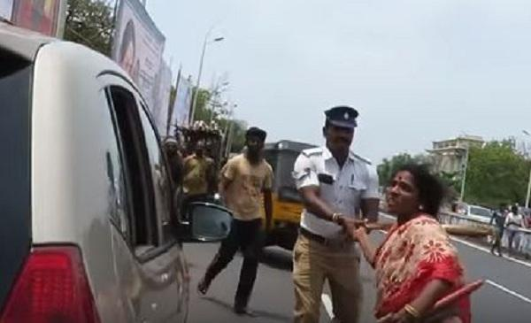 டிராஃபிக் ராமசாமியை துடைப்பத்தால் தாக்க வரும்பெண்