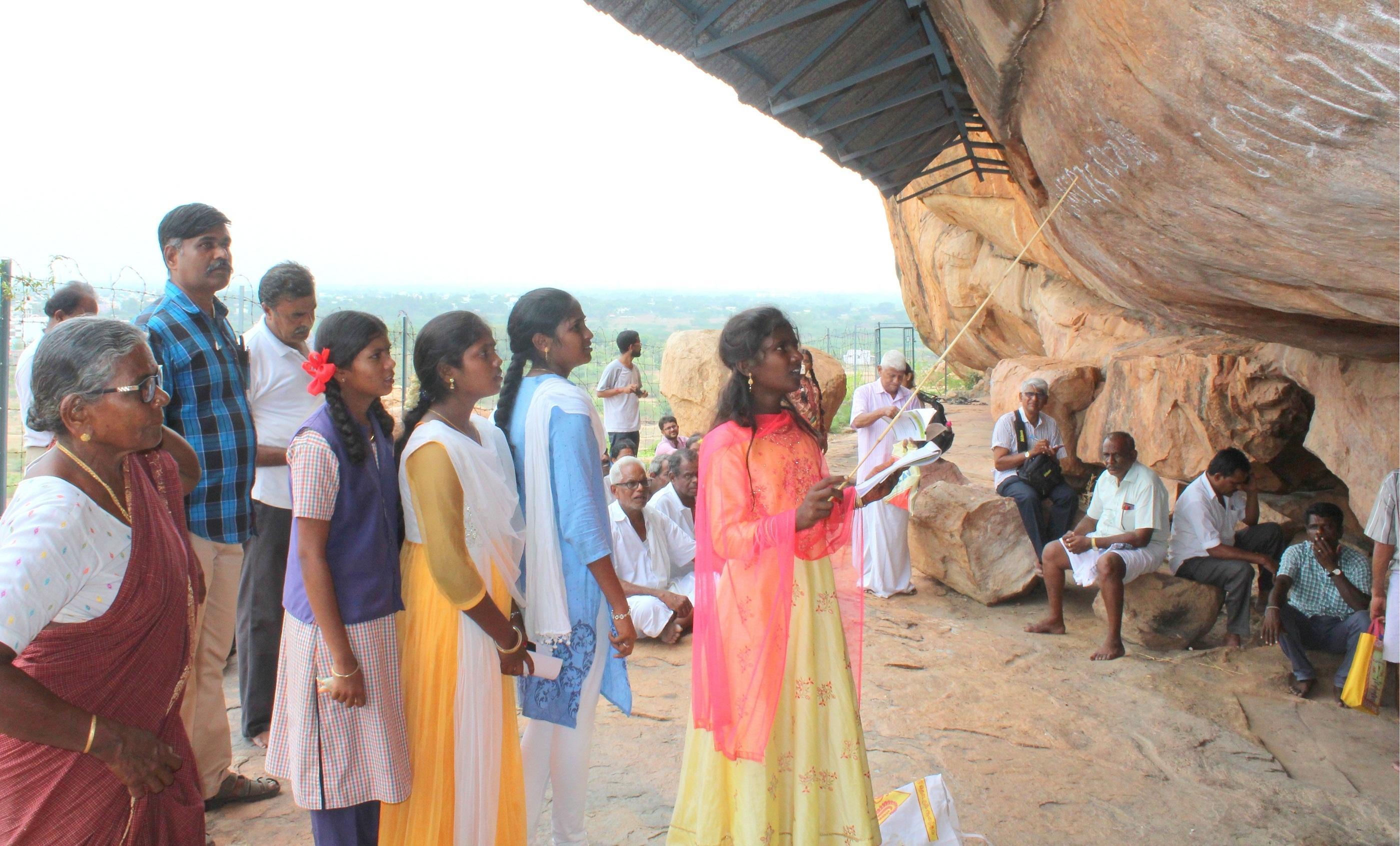 பயிலரங்கில் தமிழ் பிராமிக் கல்வெட்டுகளை படித்த மாணவிகள்