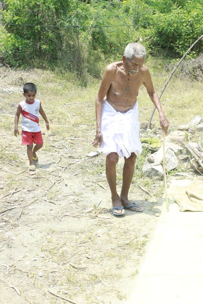 110 வயது ரெங்கசாமி பேரனுடன்