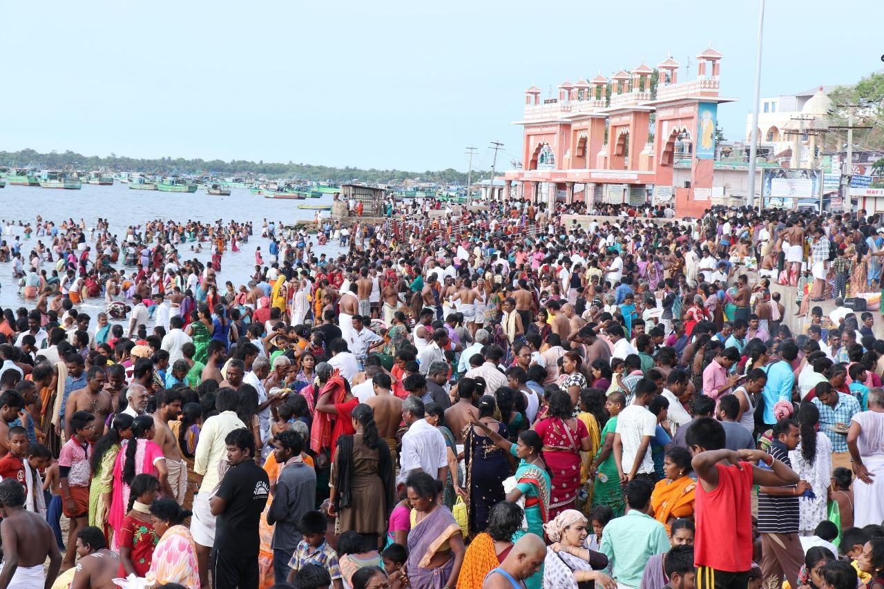 வைகாசி அமாவாசை தினத்தில் புனித நீராடிய பக்தர்கள்