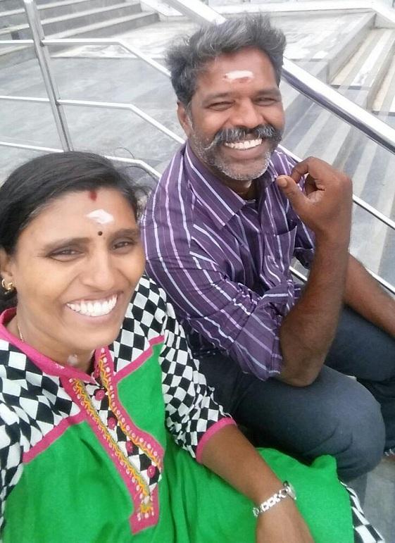மனைவியுடன் சுரேஷ்