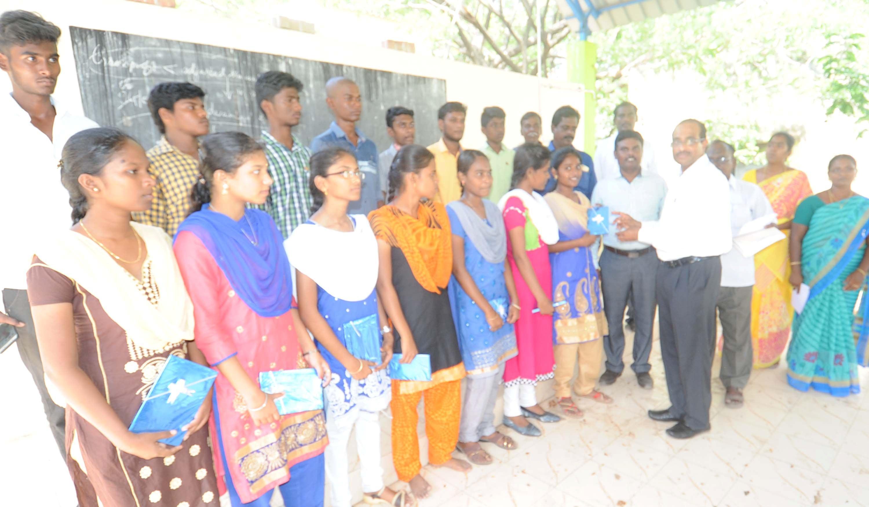 எலைட் பள்ளி மாணவர்களை  பாராட்டிய மாவட்ட ஆட்சியர்