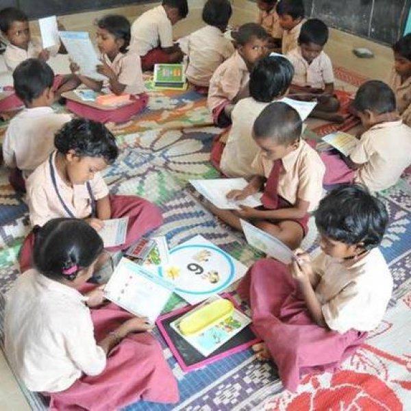 `அரசுப் பள்ளிகளை மூடுவது தனியாருக்குச் சாதகம்!' - கொதிக்கும் கல்வியாளர்கள்