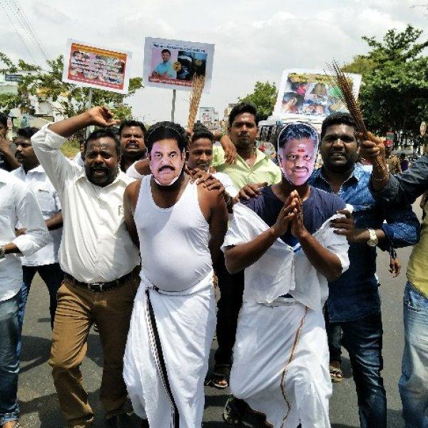 ஈ.பி.எஸ், ஓ.பி.எஸ் உருவப்படத்தை அலங்காேலப்படுத்திய போராட்டக்காரர்கள்!