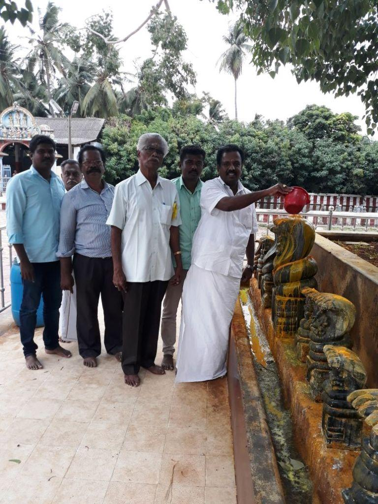 நாகராஜருக்கு பாலபிஷேகம்