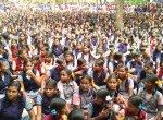 `3 ஆசிரியைகளையும் மாற்றக் கூடாது' - பெற்றோர்களுடன் போராட்டத்தில் குதித்த அரசுப் பள்ளி மாணவிகள்