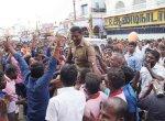 நெல்லையப்பர் தேரோட்டத்தில் இன்ஸ்பெக்டரை தோளில் தூக்கிக் கொண்டாடிய பக்தர்கள்!