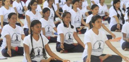 36 மணி நேரம், 2,500 ஆசனங்கள்; கின்னஸ் சாதனைக்காக 121 பெண்கள் யோகா