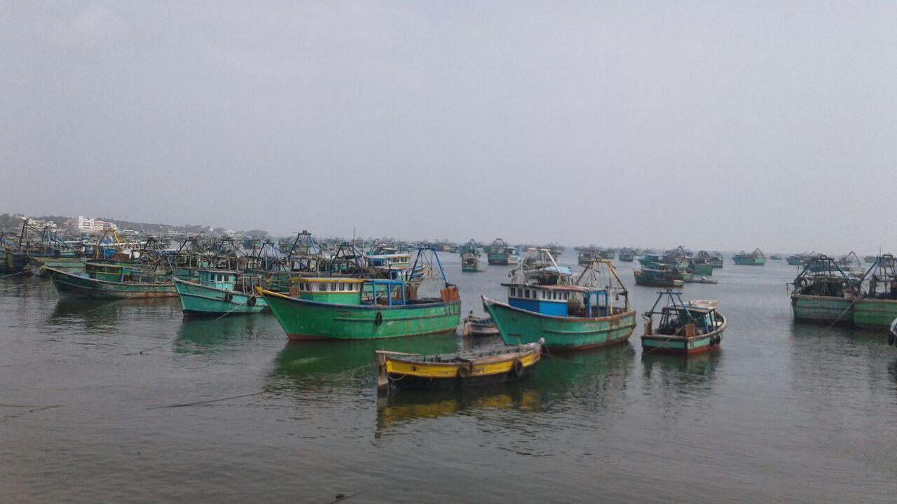 ராமேஸ்வரம் மீனவர்கள் படகுகளுடன் இலங்கையில் சிறைபிடிப்பு