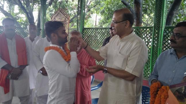 இனிப்பு ஊட்டும் மத்திய அமைச்சர் ஜெயந்த் சின்ஹா