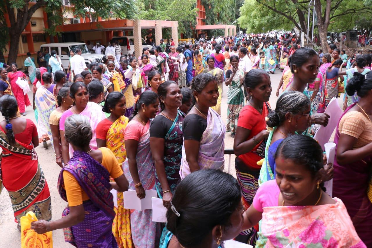 முத்ரா திட்டத்தில் கடன் பெற மனு கொடுக்க திரண்ட பெண்கள்
