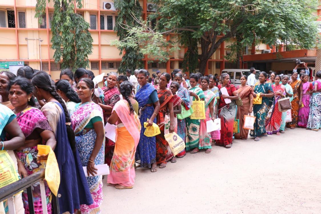 முத்ரா திட்ட கடன் கேட்டு மனு கொடுக்க வரிசையில் பெண்கள்