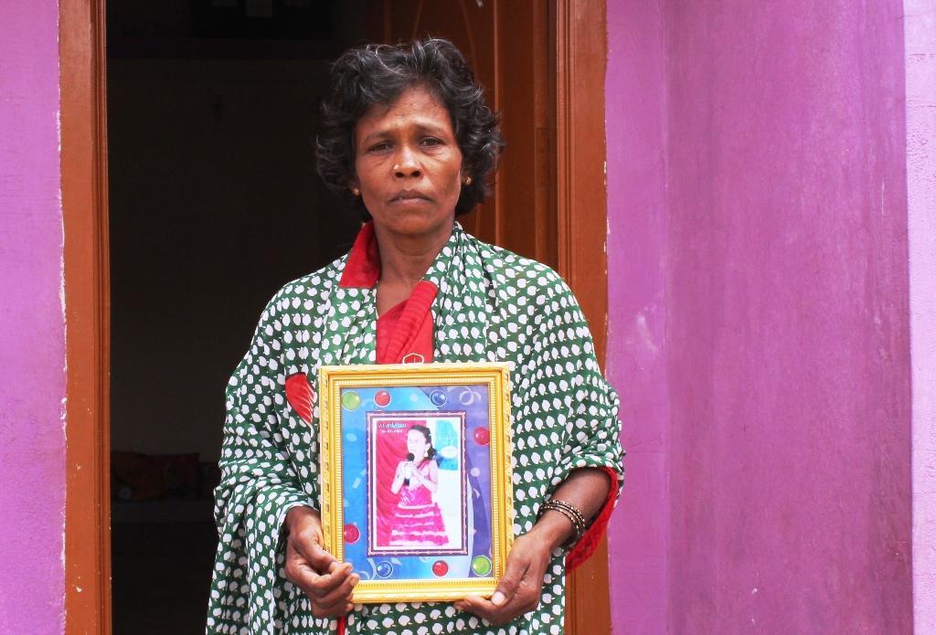 சிறுமி ரம்யா படத்துடன் தாய் பொட்டியம்மாள்