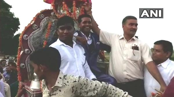 சாரட் வண்டியில் வரும் மணமகன்
