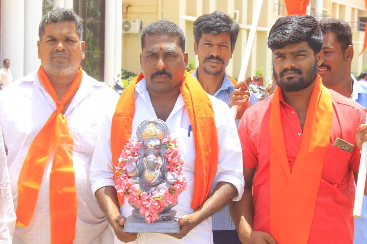 விநாயகர் சிலையுடன் மனு