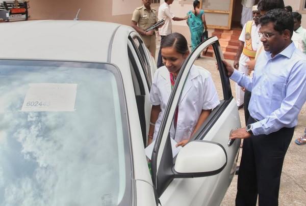 ஆட்சியருடன்ஆதிவாசி மாணவி  சுமத்ரா