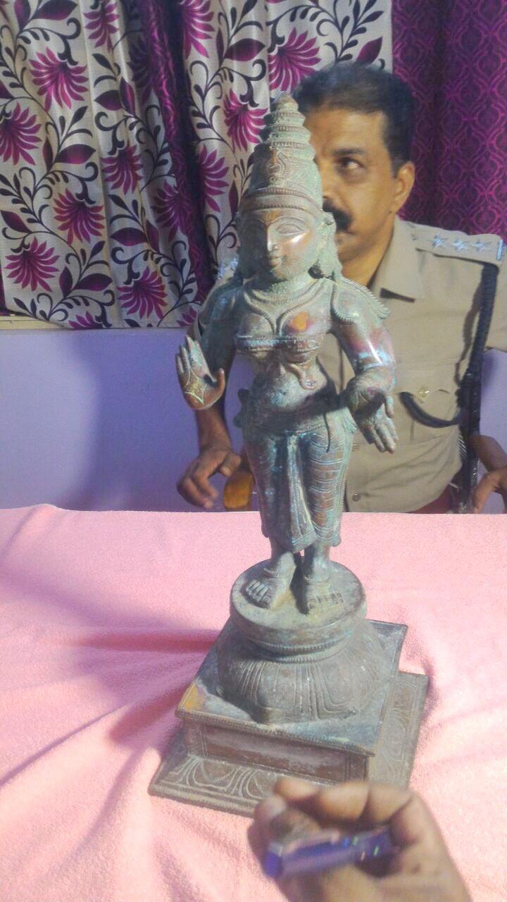 சிதம்பரத்தில் கைபற்றப்பட்ட ஐம்பொன் சிலை