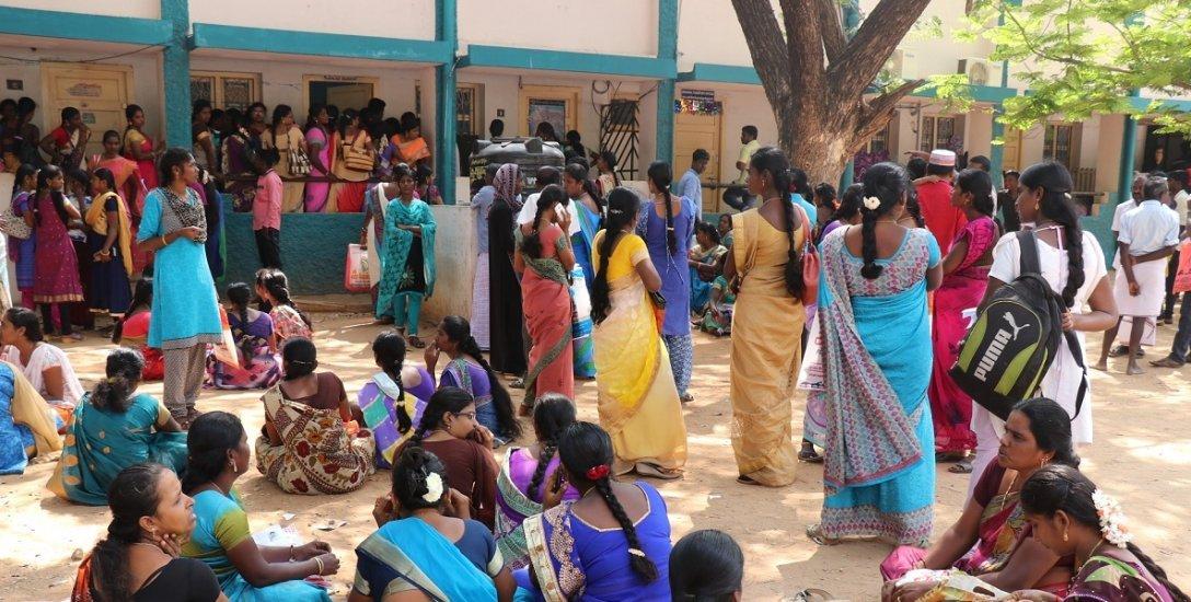 பேருந்து..சினிமா தியேட்டர்..மால்.. இந்தியாவில் பெண்களுக்கு பாதுகாப்பற்ற இடம் எது? #VikatanInfo
