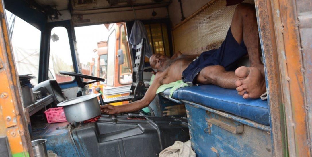 நெடுஞ்சாலைகளில் நிற்கும் லாரிகள்... கொள்ளை, வழிப்பறி பீதியில் டிரைவர்கள்...! #LorryStrike