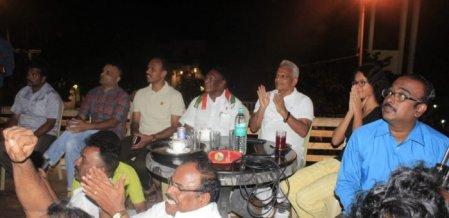 பொதுமக்களுடன் அமர்ந்து கால்பந்து ஃபைனலை ரசித்த நாராயணசாமி!