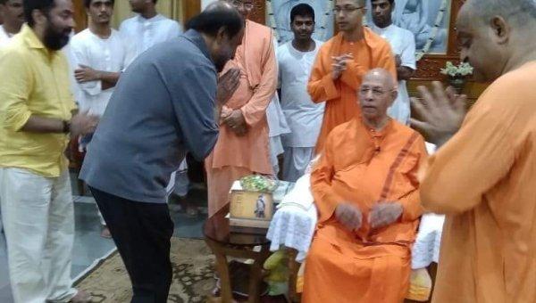 கொல்கத்தாவில் ஸ்வாமி ஸ்மரநந்தா மஹாராஜை சந்தித்த ரஜினி!