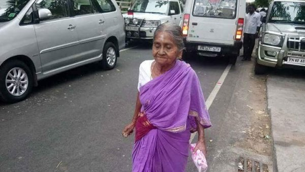 `தலைவர ஓரமா நின்னு பார்த்துட்டு போயிடுறேன் பா..! - தொண்டர்களை நெகிழ வைத்த மூதாட்டி #Karunanidhi