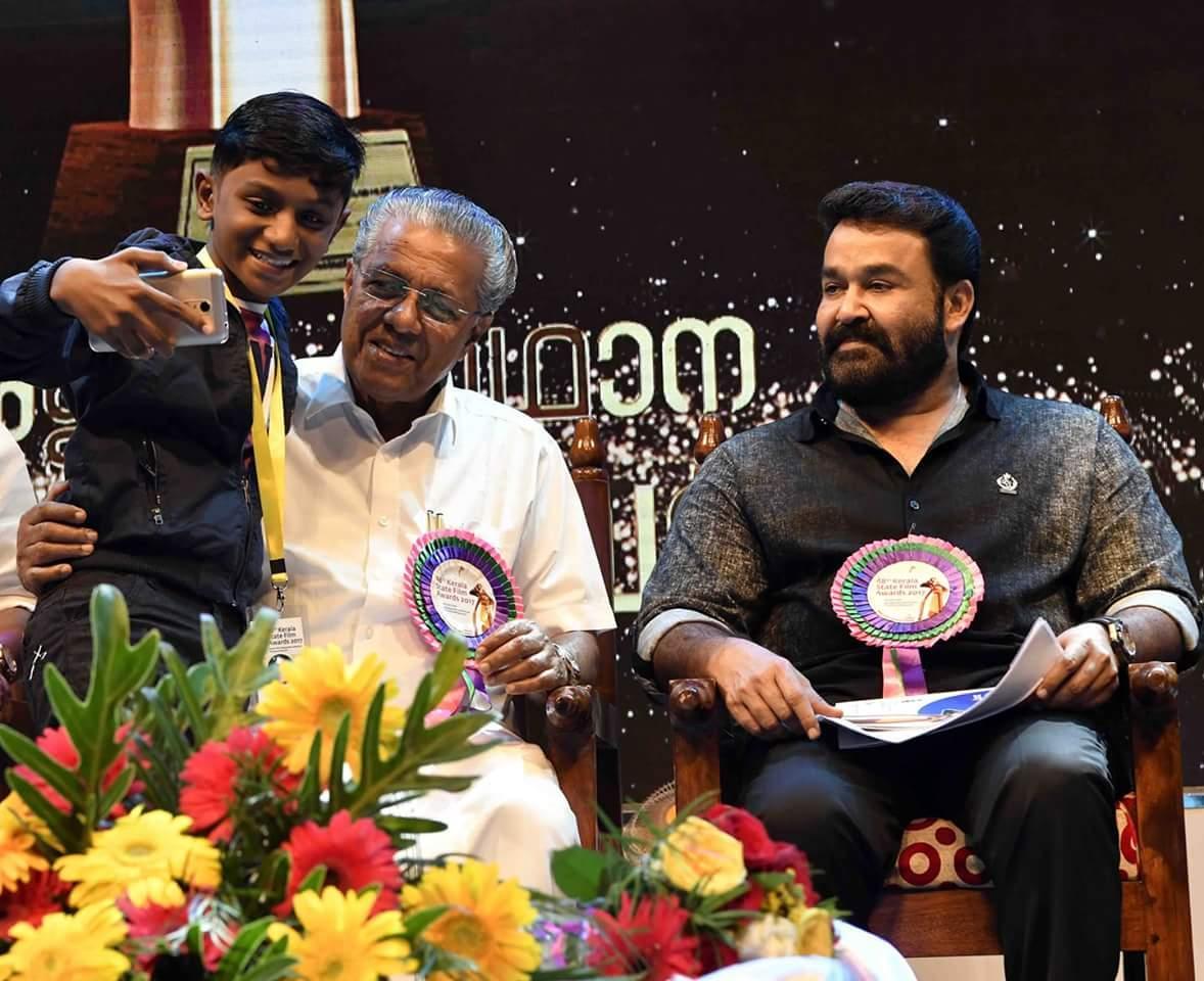பினராயி விஜயனுடன் மோகன்லால்