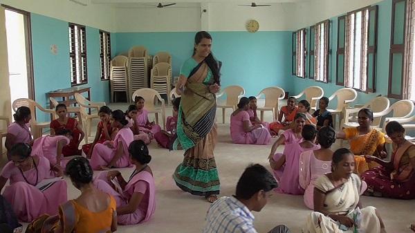 பெண்களுக்குப் பயற்சி அளிக்கும் அஷ்வீதா