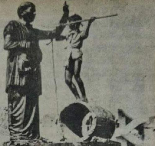 சிலையை உடைக்கும் இளைஞர்