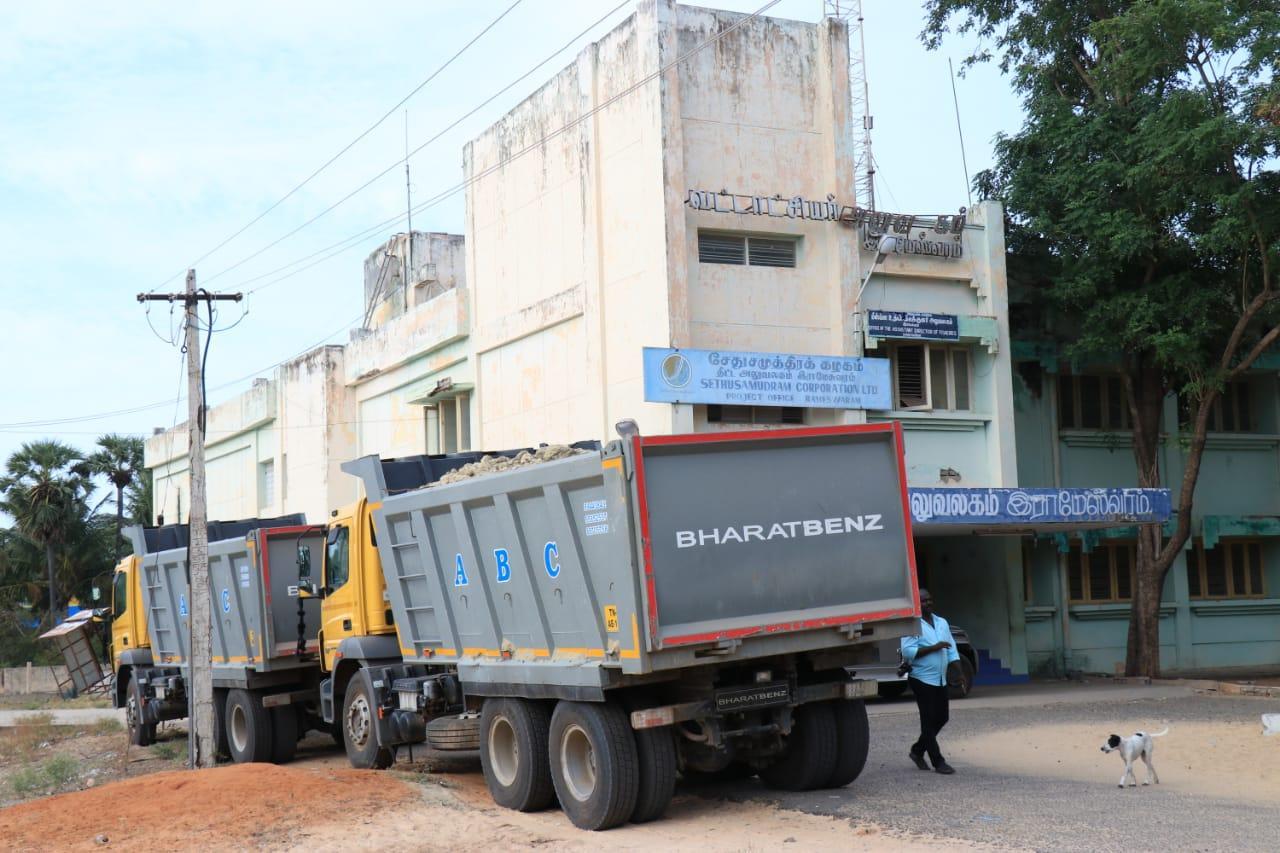 ராமேஸ்வரத்தில் மணல் கடத்தி வந்த டிப்பர் லாரிகள்