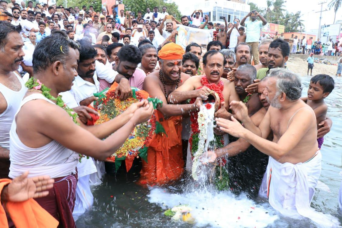 வாஜ்பாய் அஸ்தியுடன் ஹெச் ராஜா