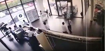 பி.எம்.டபிள்யூ காரை ஓட்டிப்பார்த்த பெண்! விபத்தால் கலங்கிப்போன ஊழியர்கள் #ViralVideo