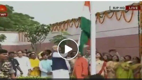 தேசியக் கொடியை அமித் ஷா ஏற்றிய விதம்! கலங்கடித்த காங்கிரஸ்; வறுத்தெடுத்த நெட்டிசன்கள் #viralvideo