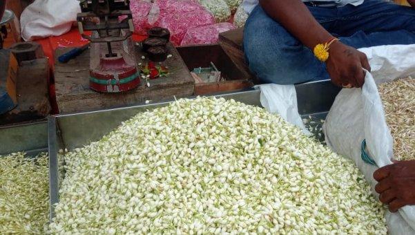 மல்லிகை 700 ரூபாய்; கனகாம்பரம் 1600 ரூபாய்!- ஓசூரில் களைகட்டிய வியாபாரம்