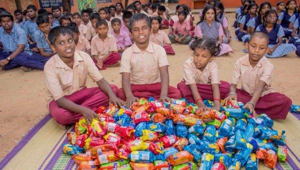 சிறுகச்சிறுக சேமித்த 5,600 ரூபாய்... 300 பிஸ்கட் பாக்கெட்... கேரளாவுக்கு வழங்கிய மாற்றுத்திறனாளி மாணவர்கள்