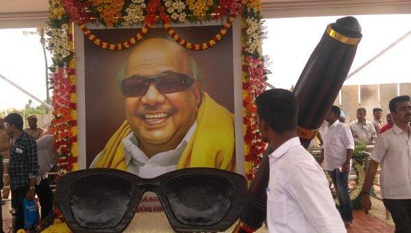 கருணாநிதி நினைவிடத்தில் பிரமாண்ட பேனா, கண்ணாடி