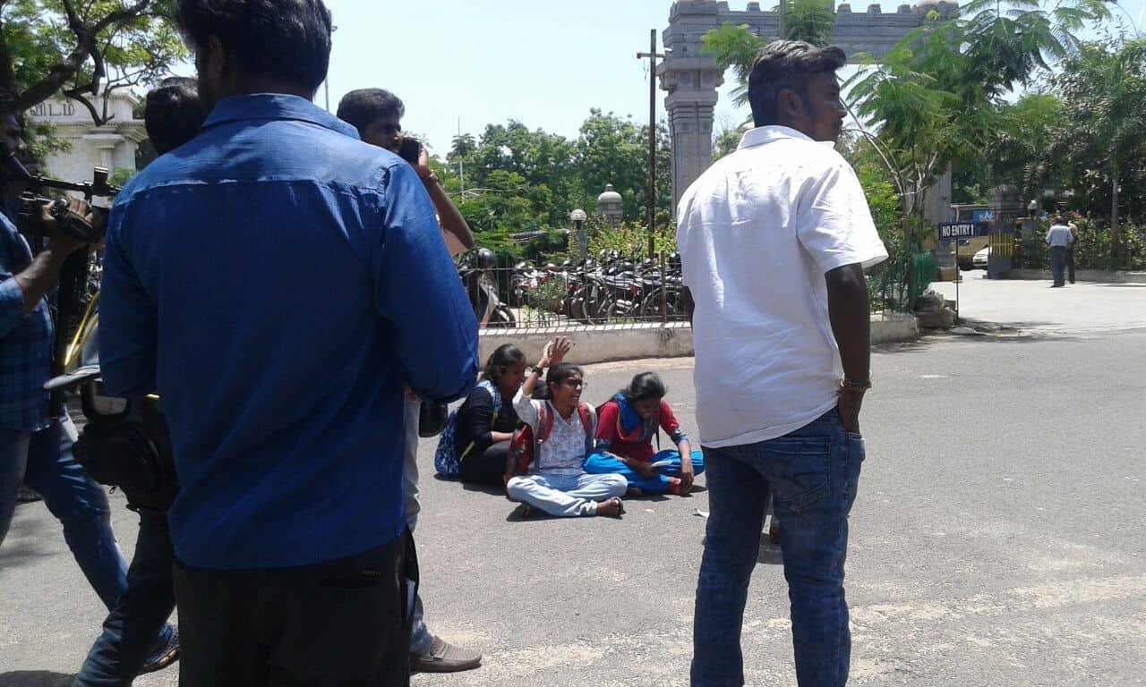 சென்னை பல்கலை. மாணவர்கள்