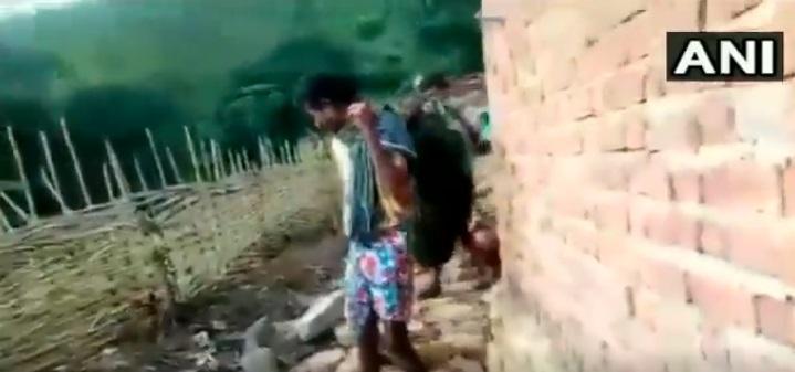 சாலை வசதி இல்லாததால் கர்ப்பிணி பெண்னை தூக்கிச் செல்கின்றனர்