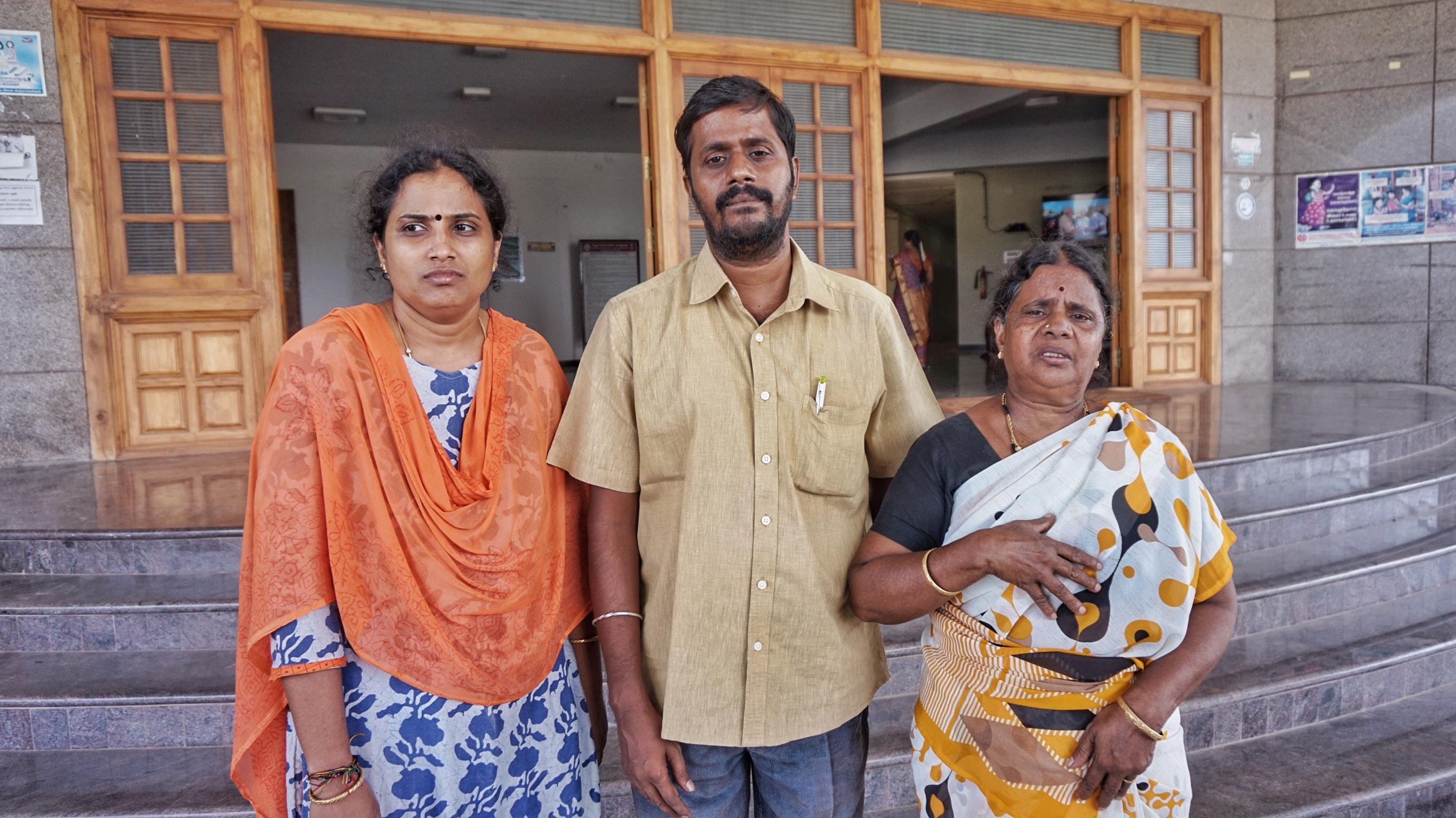 தர்ணாவில் ஆராவமுதன் குடும்பத்தினர்