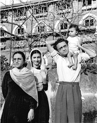 மன்டோ குடும்பத்துடன்