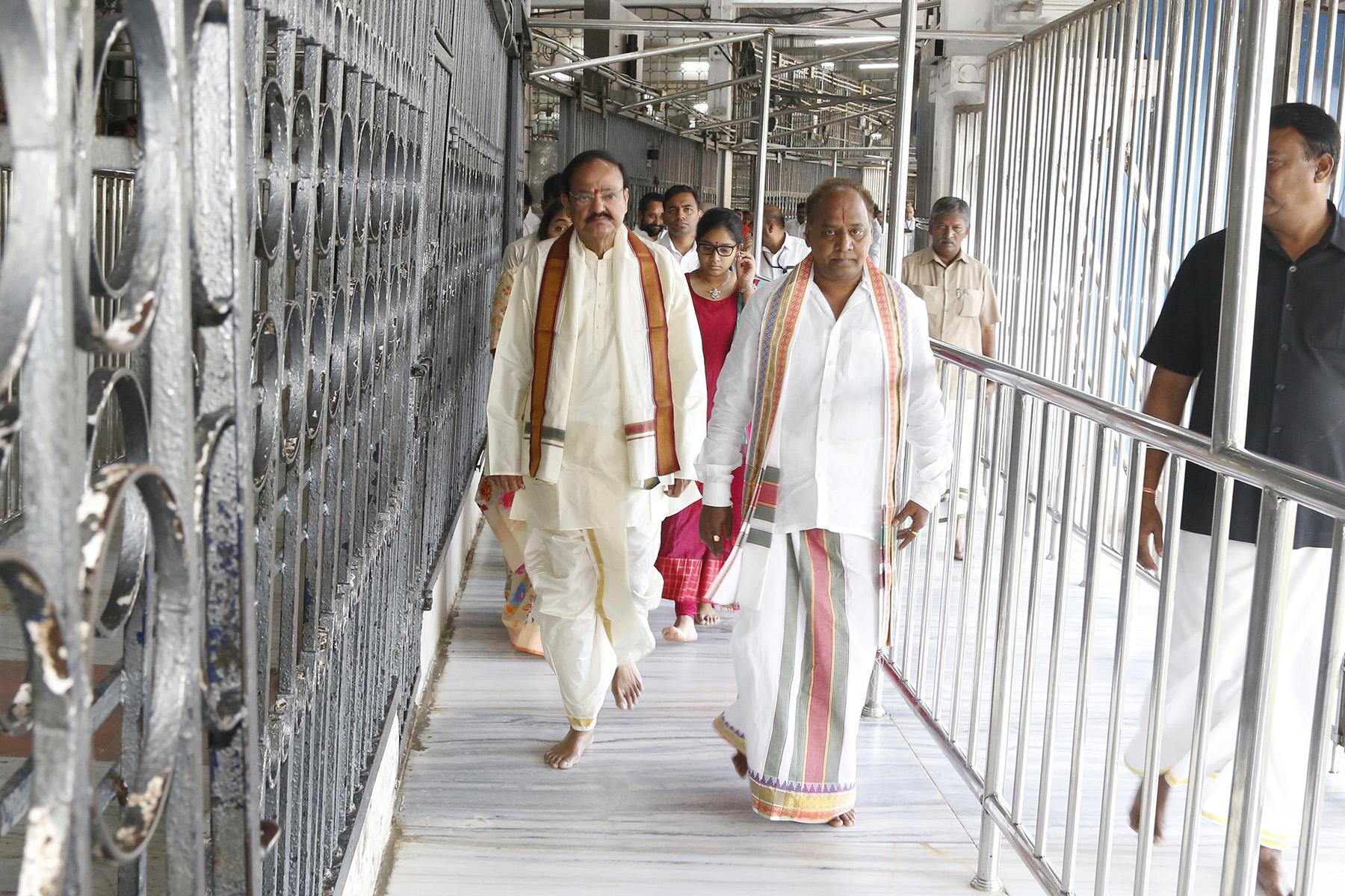 வைகுண்டம் க்யூ காம்ப்ளக்ஸ் வழியில்