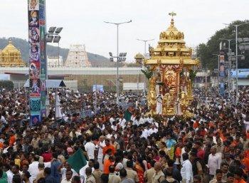 திருப்பதி பிரம்மோற்சவத்தில் தங்கத்தேரில் மலையப்ப சுவாமி பவனி!