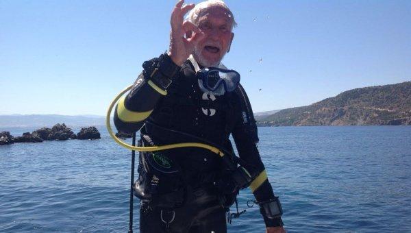 கடலின் 40.6 மீட்டர் ஆழத்தில் 41 நிமிடங்கள்..! ஸ்கூபா டைவிங்கில் புதிய சாதனை படைத்த 95 வயது `இளைஞர்'